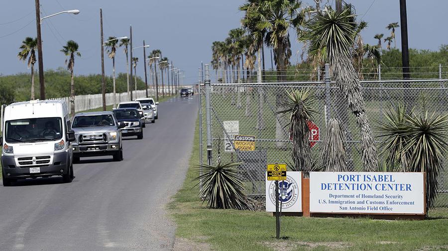 Imagen de la entrada del Port Isabel Detention Center, en Los Fresnos, Texas.
