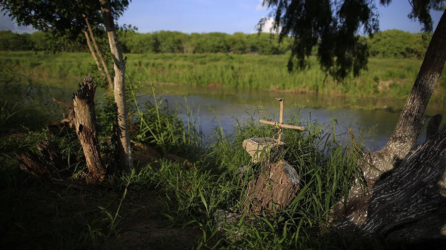 Una cruz marca el lugar en donde el inmigrante salvadoreño Óscar Martínez y su hijita Valeria, perdieron la vida.