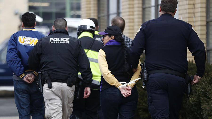 La policía de Elizabeth, Nueva Jersey, arresta a unos manifestantes durante una protesta.