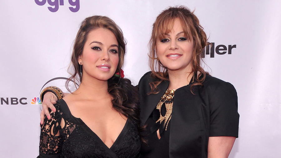 Jenni Rivera y Chiquis Rivera en una red carpet en 2010