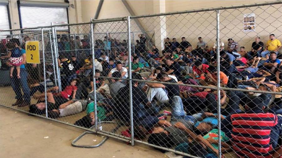 Un área cercada con familias migrantes detenidas en una estacioón de la Patrulla Fronteriza en McAllen, Texas, el 10 de junio, divulgada por la Oficina de La Contraloría General.