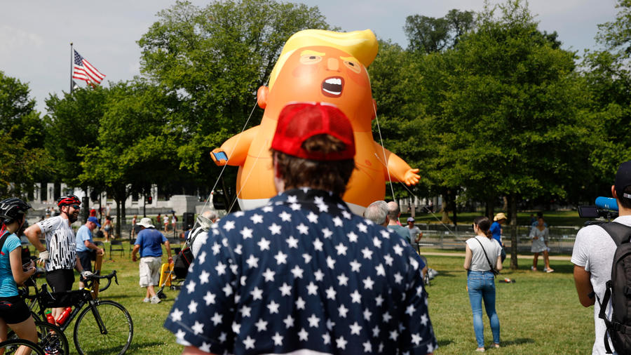 """Baby Trump frente al Monumento Lincoln en protesta de lo que los activistas consideran la """"politización"""" de los festejos del 4 de julio"""