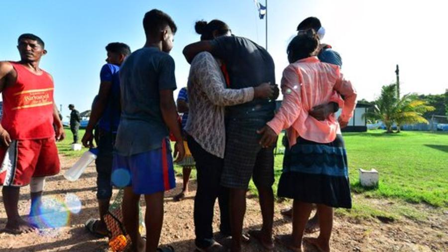 Supervivientes del naufragio de un pesquero en Honduras se reencuentran este jueves cons sus familiares.