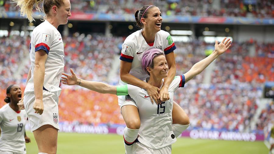 La centrocampista estadounidense Megan Rapinoe celebra la victoria de EEUU en la Copa Mundial de Fútbol.