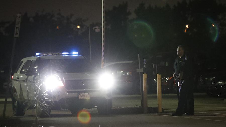 Una patrulla de la policía revisa un área en Opa-Locka, Florida.