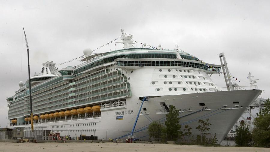 El crucero Freedom of the Seas, de Royal Caribbean, permanece anclado en Puerto Rico.