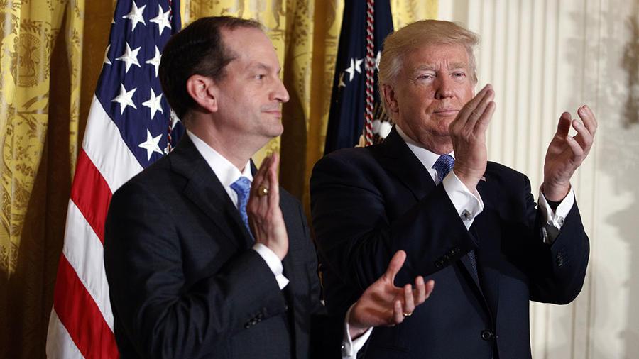 El secretario de Trabajo, Alex Acosta, junto al presidente Donald Trump enuna foto de archivo durante una celebración en la Casa Blanca.