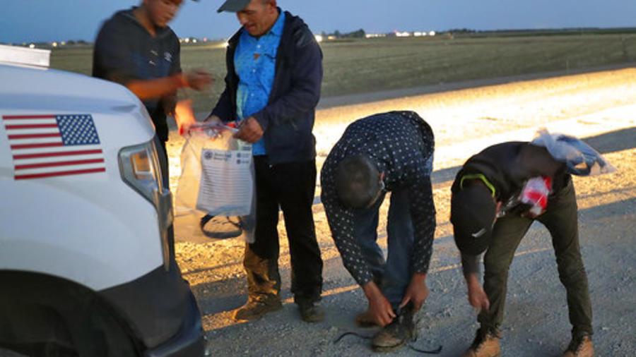Cuatro migrantes, entre ellos dos menores, en el momento de ser detenidos el año pasado por la Patrulla Fronteriza en la frontera de Yuma, Arizona