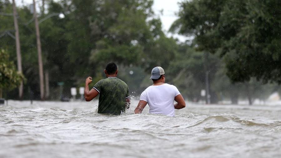 Una calle inundada tras el paso de Barry en Mandeville, Louisiana, el 13 de julio de 2019.