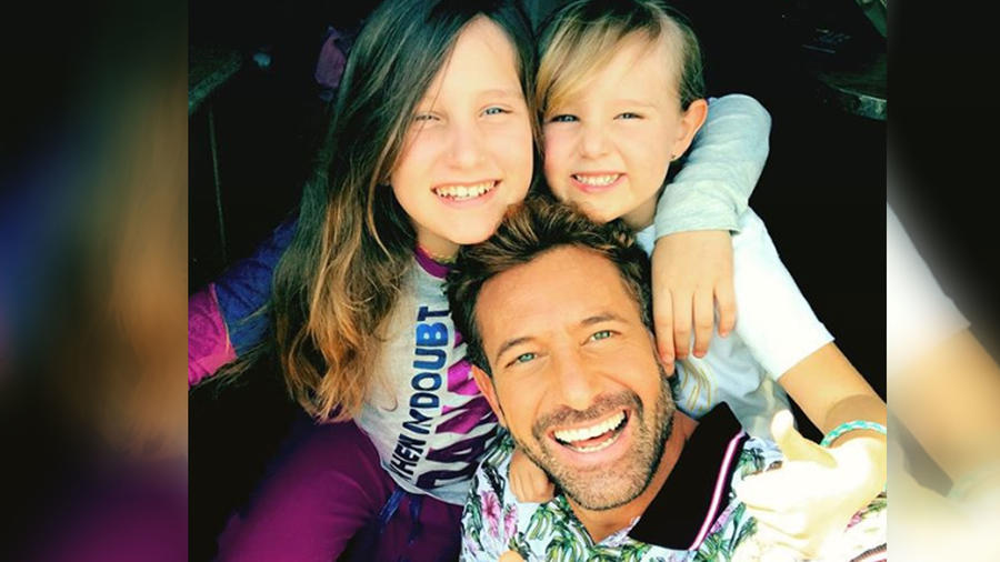 Gabriel Soto con sus hijas sonriendo