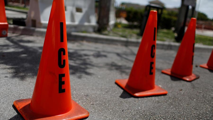 Conos de tráfico con las siglas de ICE cerca de Miami (Florida) este domingo.