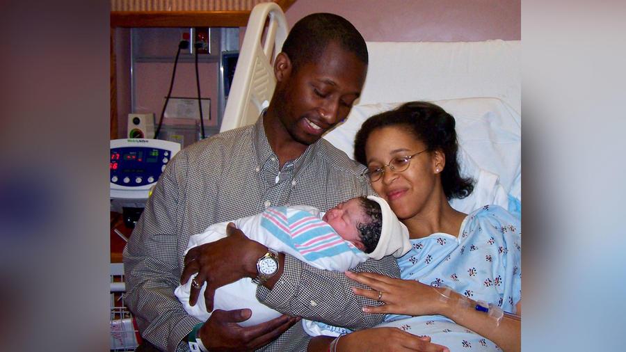 Pareja interracial con bebé