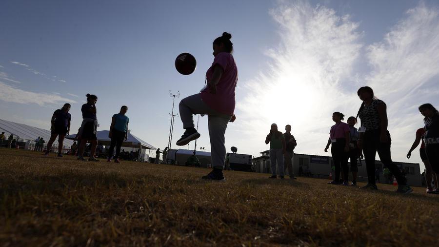 Imagen de menores migrantes detenidos en Carrizo Springs, Texas.