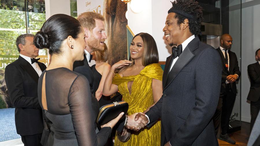"""El príncipe Harry y Meghan Markle charlando con Beyoncé y su esposo Jay-Z en la premier de """"The Lion King"""" en el Reino Unido en julio de 2019"""