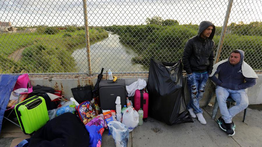 En esta foto de archivo del 2 de noviembre de 2018, Yenly Morales, izquierda, y Yenly Herrera, inmigrantes cubanos que piden asilo en Estados Unidos, se encuentran en Matamoros, México.