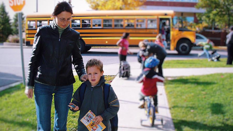 Madre e hijo en el regreso a clases