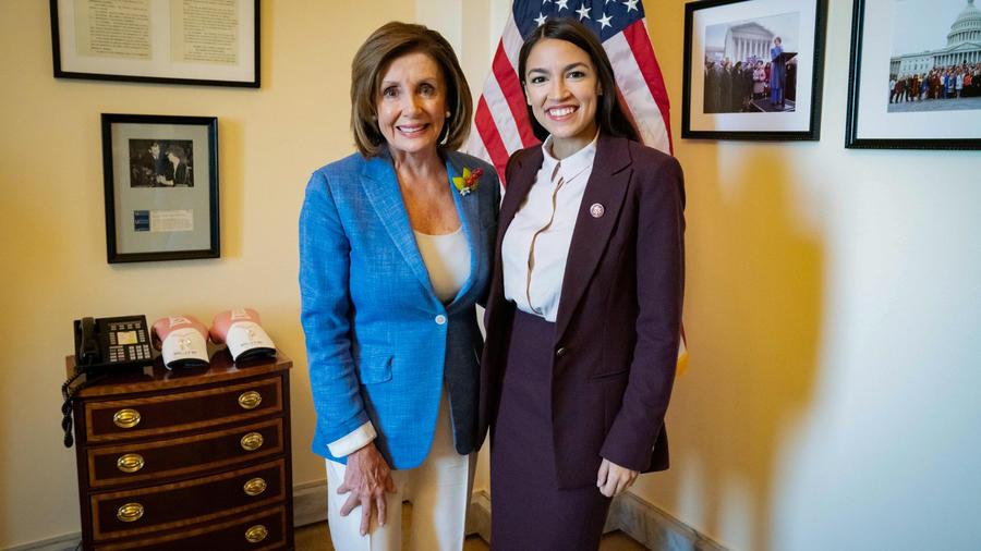 La presidenta de la Cámara de Representantes, Nancy Pelosi, junto a la congresista Alexandria Ocasio-Cortez reunidas hoy