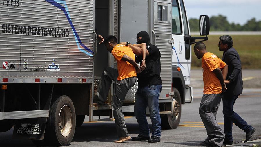 Reos envueltos en un motín que dejó al menos 58 muertos en Brasil son trasladados hacia otra prisión.