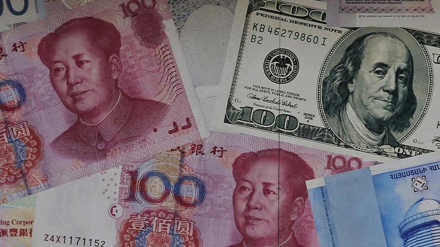 Diferentes billetes de China y Estados Unidos decoran las paredes de una casa de cambio en Central, undistrito de negocios en Hong Kong.