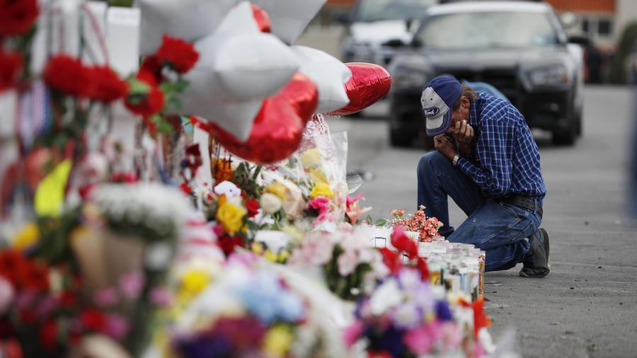 magen de las ofrendas en memoria a las víctimas del tiroteo en El Paso, Texas.