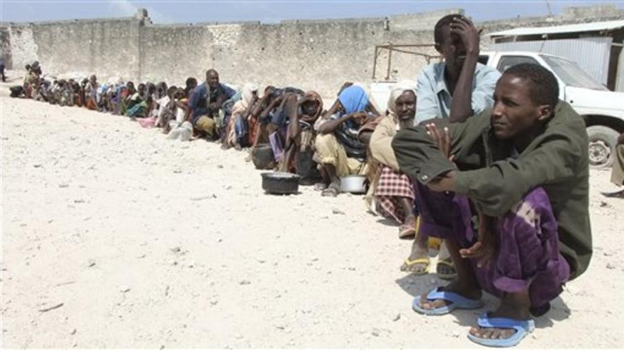 Personas esperan comida en la cola durante una época de hambruna en Somalia, África (imagen de archivo).