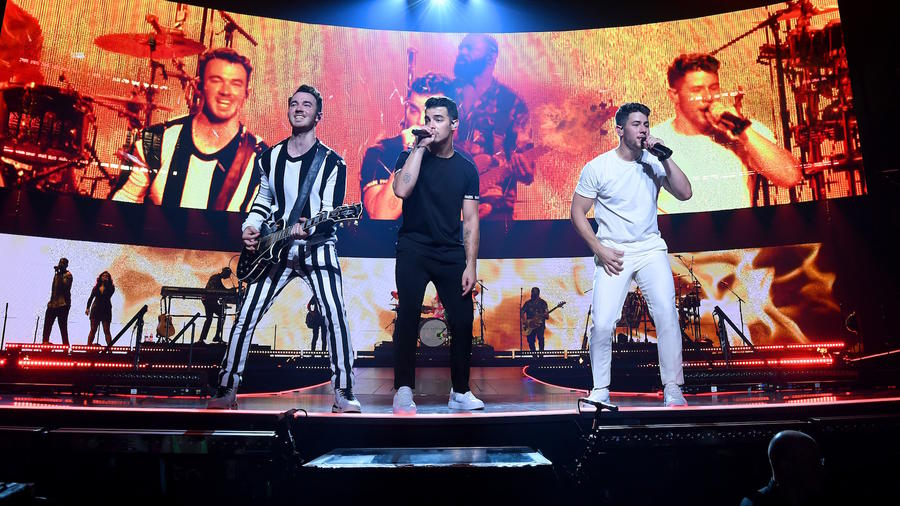 Jonas Brothers kick off tour in Miami