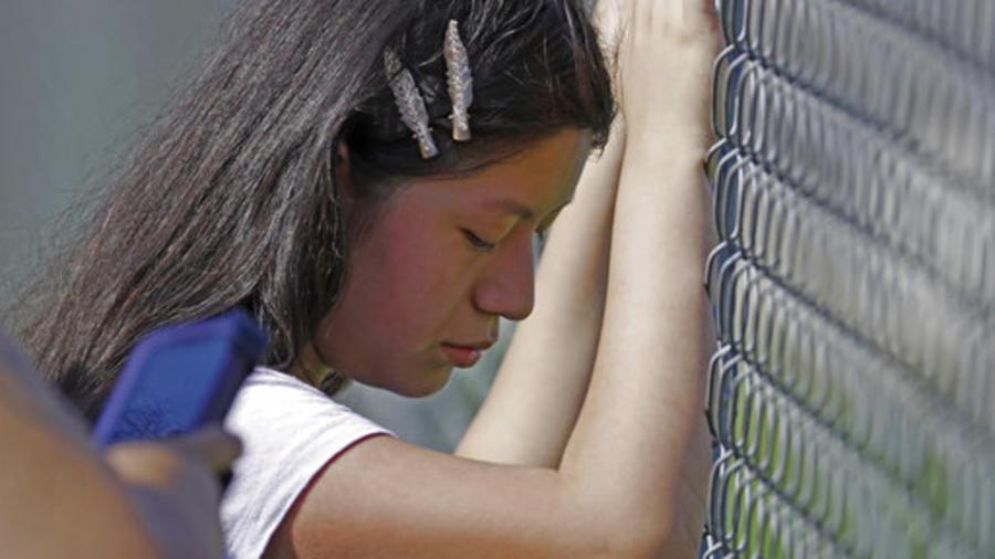 Una joven llora mientras se produce una de las redadas contra inmigrantes del pasado miércoles en Misisipi.