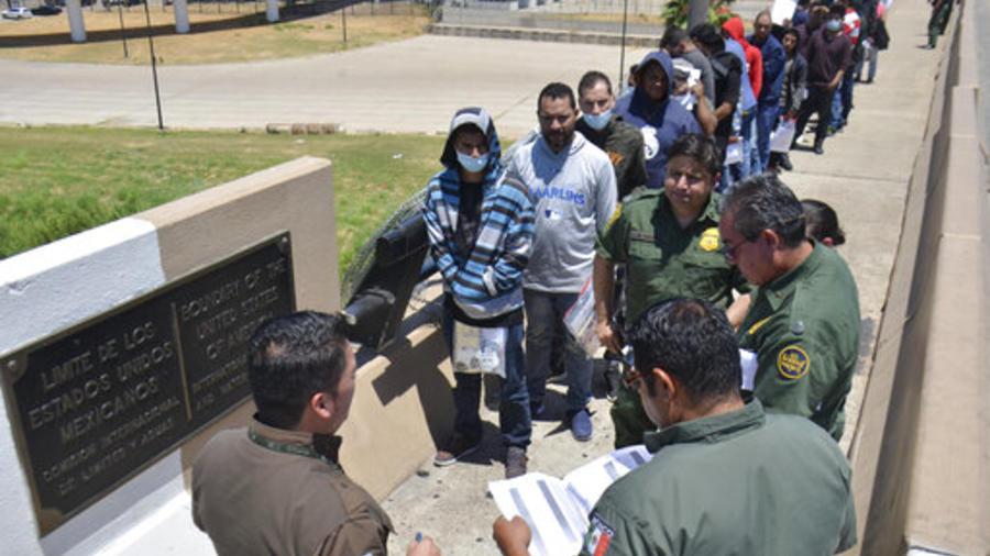 Agente de la Patrulla Fronteriza devuelven el pasado julio a México a un grupo de migrantes en Nueva Laredo, ciudad en la frontera con Texas.