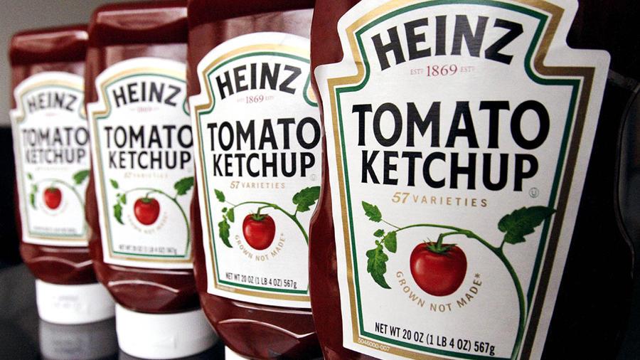Botellas de kétchup de la marca Heinz se muestran en el estante de una tienda.