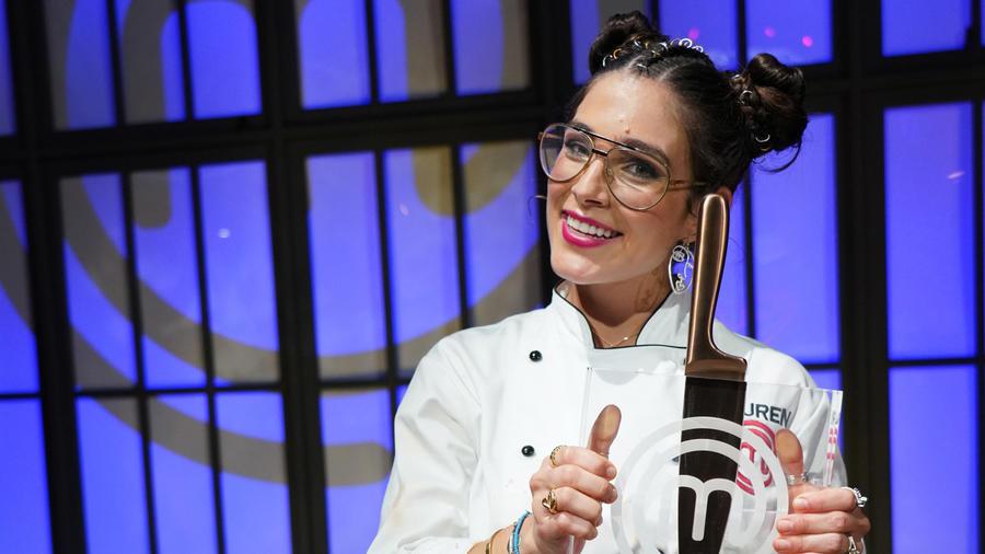 Lauren Arboleda posa con el trofeo de MasterChef Latino 2