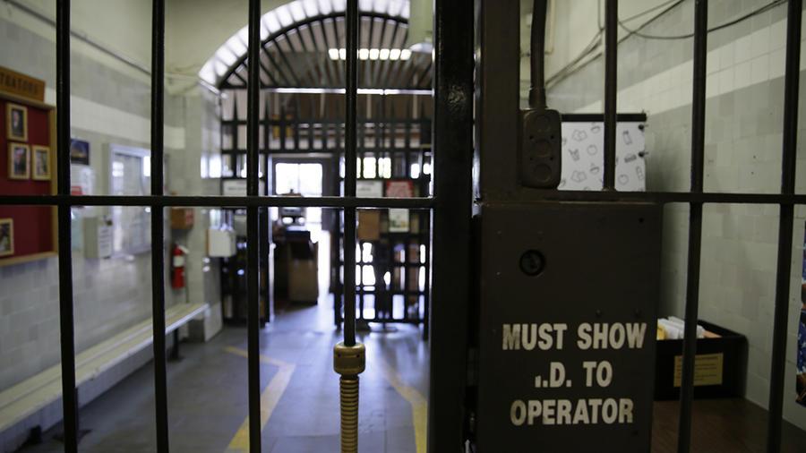 Imagen de la entrada de seguridad de la San Quentin State Prison, en California.