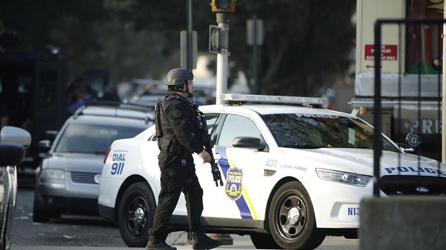 Un oficial de la policía vigila una de las calles de Philadelphia en donde se reportó un tiroteo.
