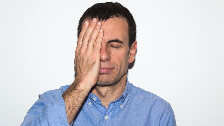 Hombre cubriéndose el rostro