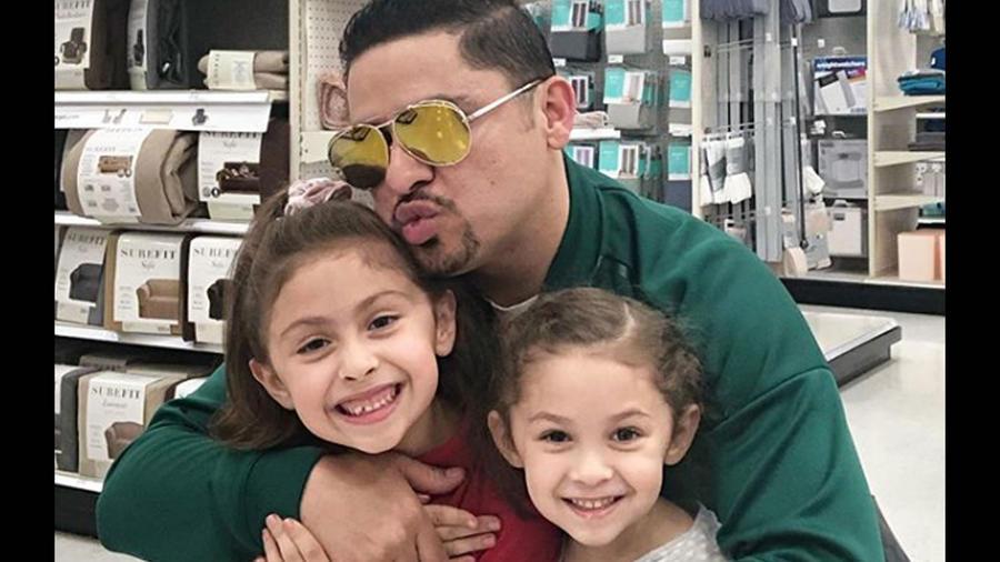 Larry Hernández con sus hijas