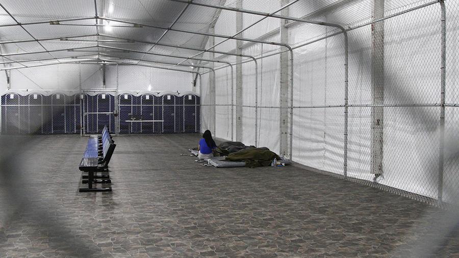 Migrantes detenidos en un área de carpas con aire acondicionado en un centro de la Patrulla Fronteriza en Tornillo, Texas