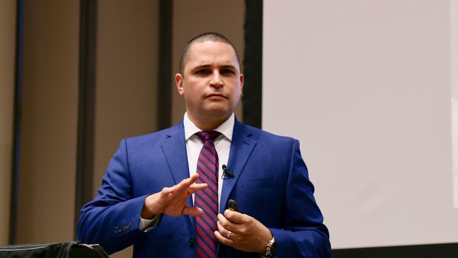 El profesor universitario y poeta puertorriqueño, Javier Avila, promueve a través de sus obras la defensa de la cultura y el creciente poder político y económico de los hispanos