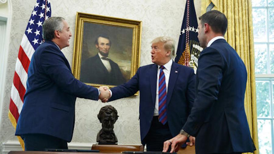 Imagen de la firma del acuerdo migratorio con Guatemala el 26 de julio de 2019.