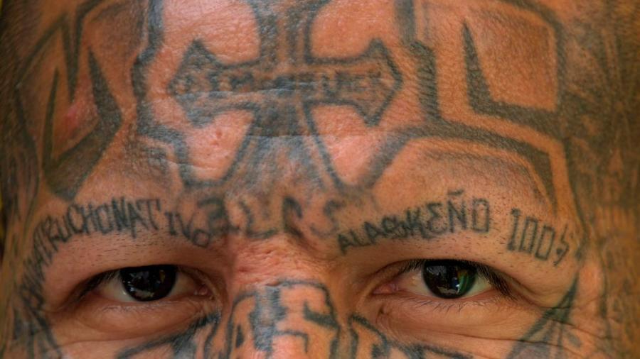 Un miembro de la MS-13 en una clase de rehabilitación en la cárcel en El Salvador en marzo de 2019.