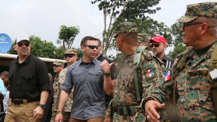 El ministro de Seguridad Pública de PanamEl secretario interino de Seguridad Nacional de EEUU, Kevin McAleenan, (centro), hace un recorrido de un centro de procesamiento de migrantes en la zona fronteriza del Darién