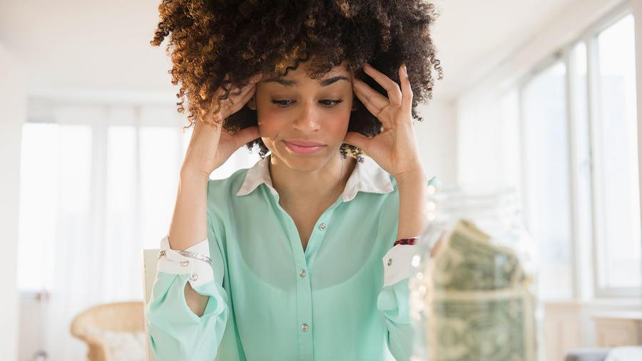 Mujer preocupada por dinero