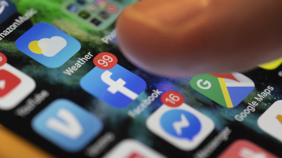 Imagen de archivo de un celular con aplicaciones de redes sociales.