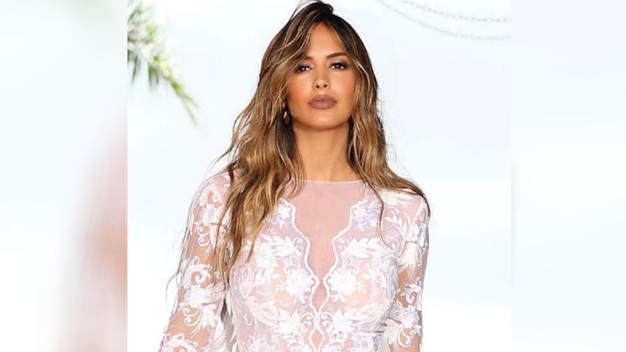 Shannon de Lima posando con un vestido blanco