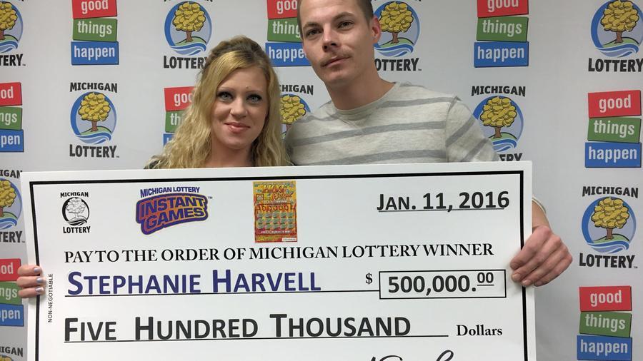 Stephanie Harvell y Mitchell Arnswald posan con su premio en enero de 2016.