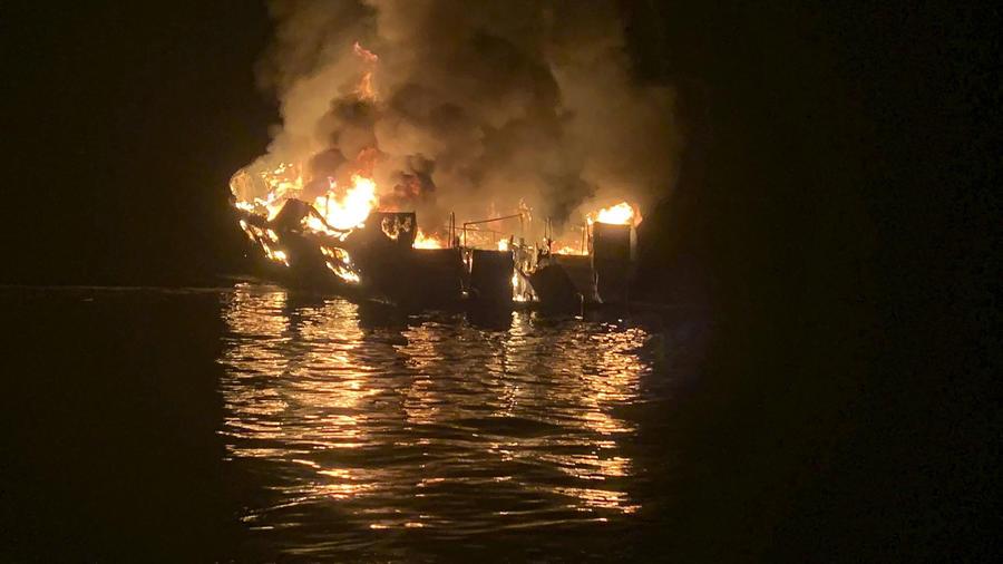 Imagen del Departamento de Bomberos del Condado de Santa Bárbara, California, del bote Conception en llamas el 2 de septiembre de 2019.