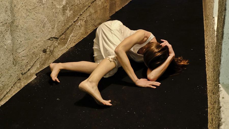 Mujer en el piso