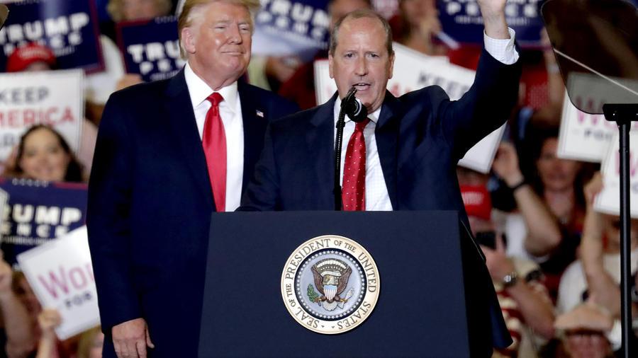 El presidente, Donald Trump, izquierda, da un espaldarazo a Dan Bishop, derecha, un republicano que se postulo para el Congreso de Carolina del Norte