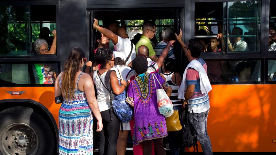 Cubanos se agolpan para subir a un autobús en junio de 2019/AP