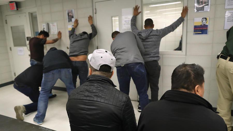 Agentes de ICE registran a detenidos en una redada en Nueva York en 2018.