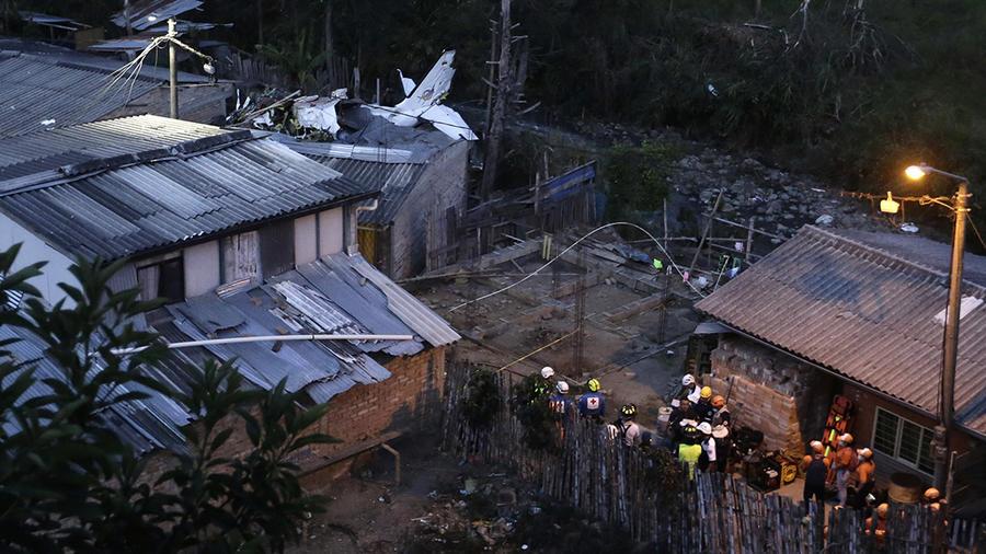 Equipos de rescate y de la Cruz Roja trabajan en el área donde se accidentó una aeronave este domingo, en Popayán Colombia.