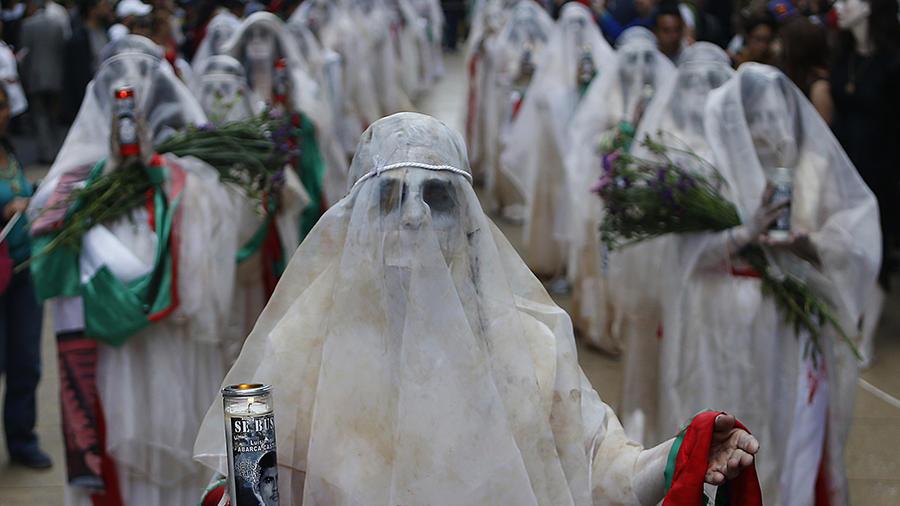"""Una mujer vestida como """"La Llorona"""" marcha para recordar a los 43 estudiantes desaparecidos de la Normal Rural de Ayotzinapa, en Iguala, Guerrero,"""